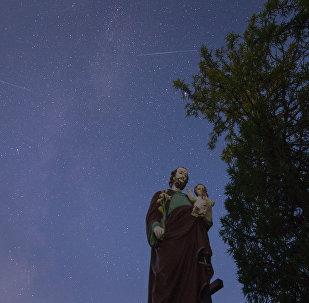 Лепш за ўсё за астранамічнай з'явай можна было назіраць за горадам удалечыні ад штучнага асвятлення