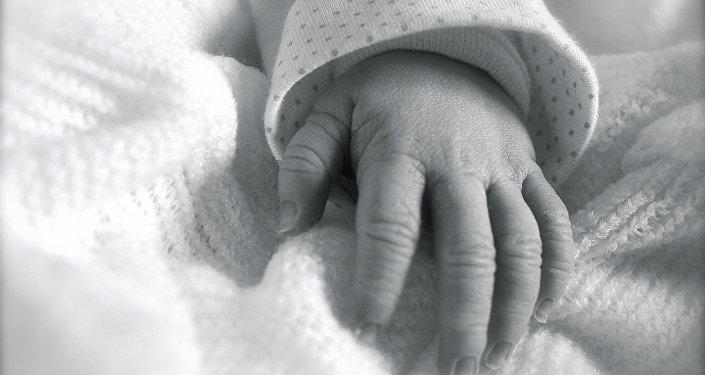 Рука ребенка, архивное фото