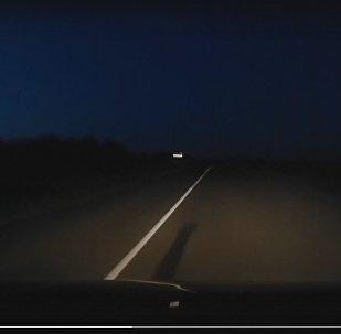 Женщина посреди трассы шагнула под автомобиль – кадры видеорегистратора