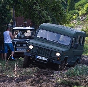 Джип министра обороны Польши застрял в грязи