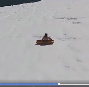Видео прыжка скалолаза с айсберга на надувной пицце появилось в сети