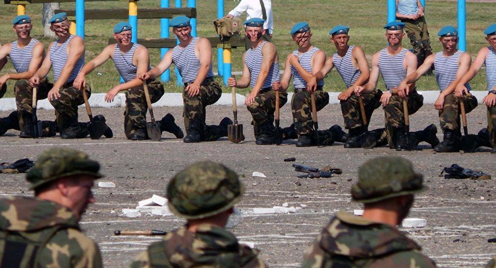 В республики Белоруссии наДень ВДВ десантники показательно разрывали живых лягушек измей