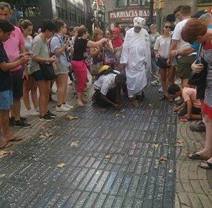 Жители Барселоны и туристы на улице Рамбла