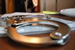 Наручники на столе. Архивное фото