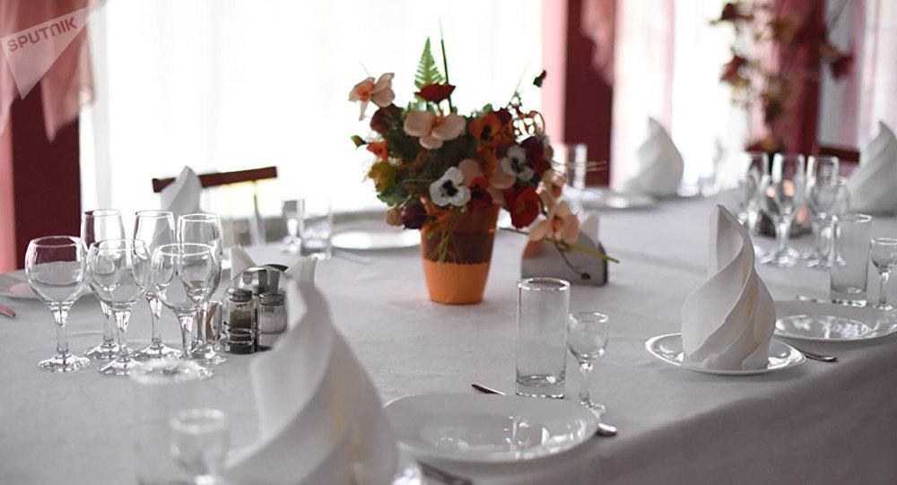 Накрытый стол в одном из ресторанов, архивное фото