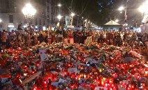 Испанцы несут цветы на место теракта в Барселоне