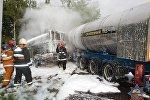Пожарные у цистерны со сжиженным газом в Новополоцке