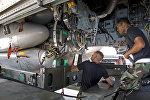 Установка крылатых ракет на бомбардировщик, архивное фото