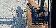 Граффити по адресу Романовская Слобада, 5 художник Horoiwa изобразит обряд обрезания волос женщине