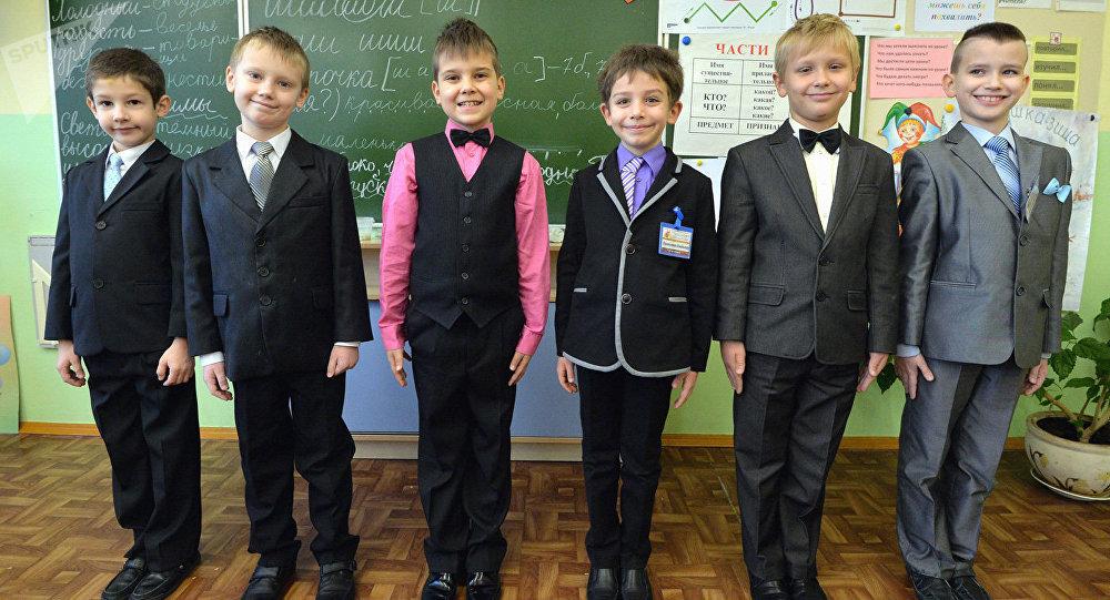 Отец уверяет: Коля Лукашенко обучается «в обыкновенной деревенской школе»