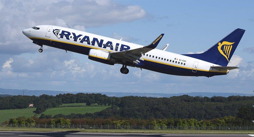 Самолет авиакомпании Ryanair совершил вынужденную посадку из-за дебоширов наборту