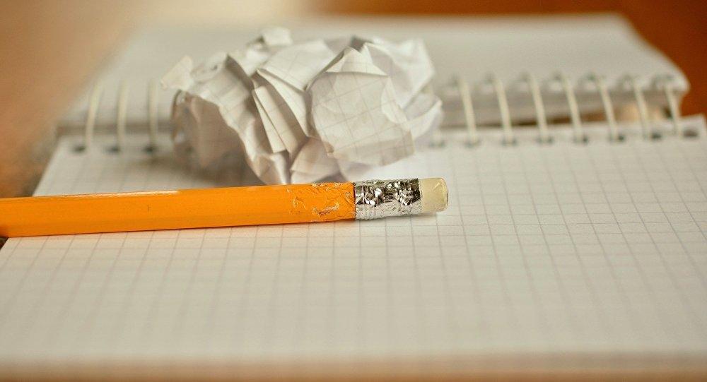 Тетрадь и карандаш, архивное фото