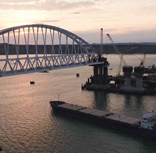Проход корабля под железнодорожной аркой Крымского моста