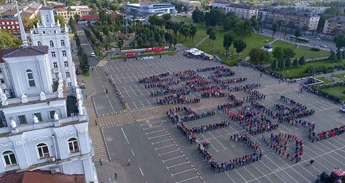 Тракторы МТЗ вспахали наполе около государственного аэропорта надпись «BELARUS— страна мечты»