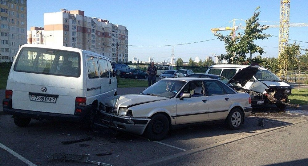 ВМинске шофёр легковушки сбил пешехода иврезался вдве машины