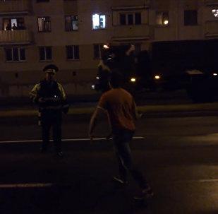 Парад, милиционер, человек без штанов
