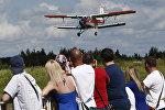 Самолет Ан-2 во время авиашоу, архивное фото