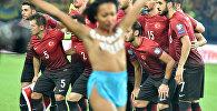Активистка Femen Анжелина Диаш разделась на матче Украина - Турция