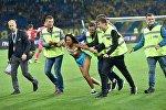 Украинская активистка Femen разделась перед украинскими и турецкими футболистами в Харькове