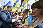 Президент Украины Петр Порошенко (слева) общается с киевлянами, архивное фото