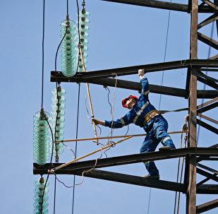 Монтажник проводит плановый ремонт на линии электропередачи