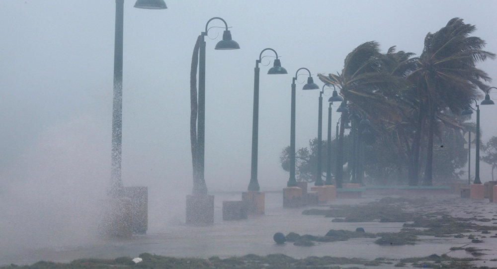 Шокирующее видео полета самолета через центр урагана— шторм «Ирма» онлайн
