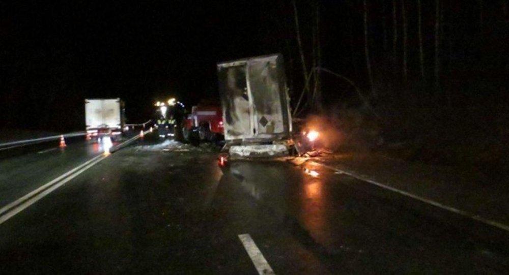 При столкновении микроавтобуса и 2-х фургонов вСмоленской области погибли 5 человек