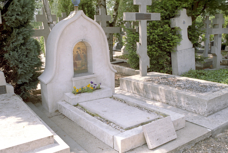 Могила Дмитрия Мережковского и Зинаиды Гипиус на русском кладбище Сент-Женевьев де Буа