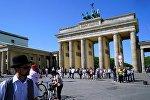 Вид на Бранденбургские ворота с улицы Унтер ден Линден в Берлине, архивное фото