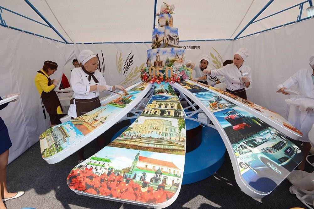 Велізарны торт кандытары спяклі да юбілею Мінска