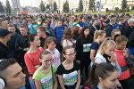 Участники Минского полумарафона стоят в очереди на трассу