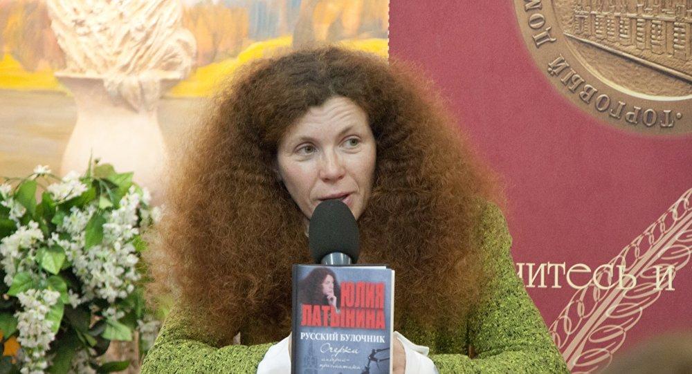 Журналистка «Эха Москвы» Юлия Латынина покинула РФ после поджога ееавтомобиля