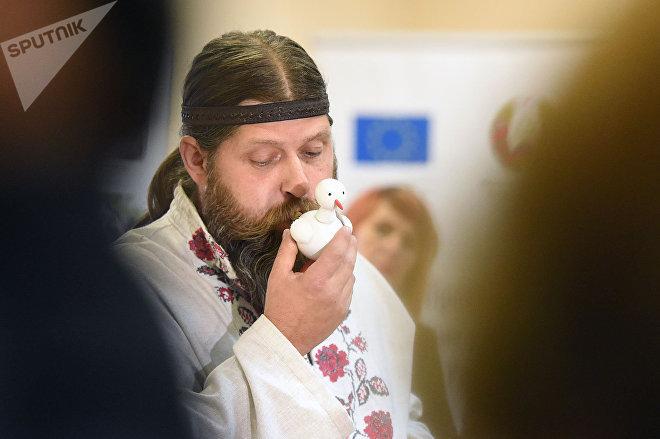 Мастер Виталий Карпинский демонстрирует, как звучат его авторские свистульки