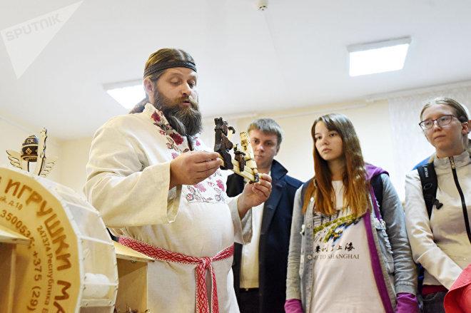 Виталий Карпинский возглавляет Гусевицкий сельский дом культуры и постоянно озадачивает своими инициативами местные власти