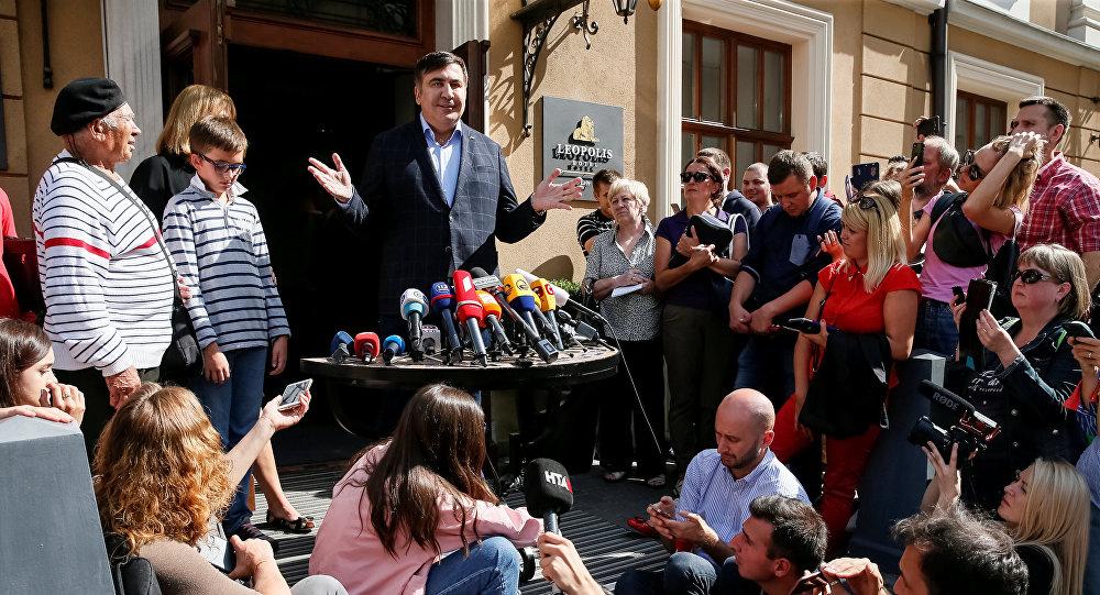 Михаил Саакашвили на импровизированном брифинге во Львове