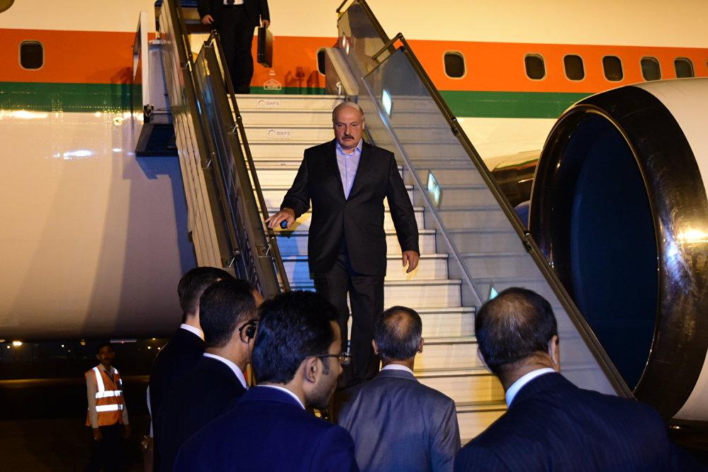 Лукашенко улетел вИндию вспортивном костюме с общенациональным орнаментом