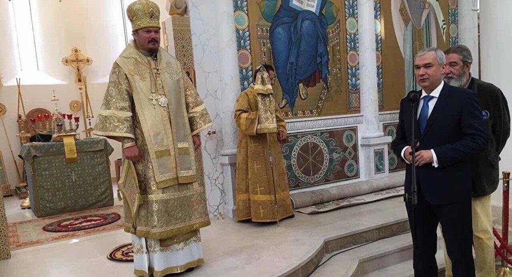 Павел Латушка ў царкве ў Парыжы