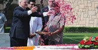 Александр Лукашенко возложил цветы по индийскому обряду у самадхи (гробницы с прахом) Махатмы Ганди в Раджхате в Нью-Дели