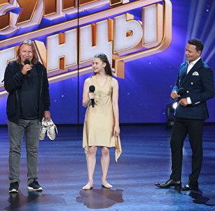 Композитор Виктор Дробыш дарит кроссовки белорусской участнице проекта Ты супер! Танцы Марии Родионовой