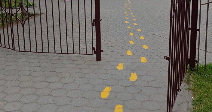 Следы- разметка на тротуаре