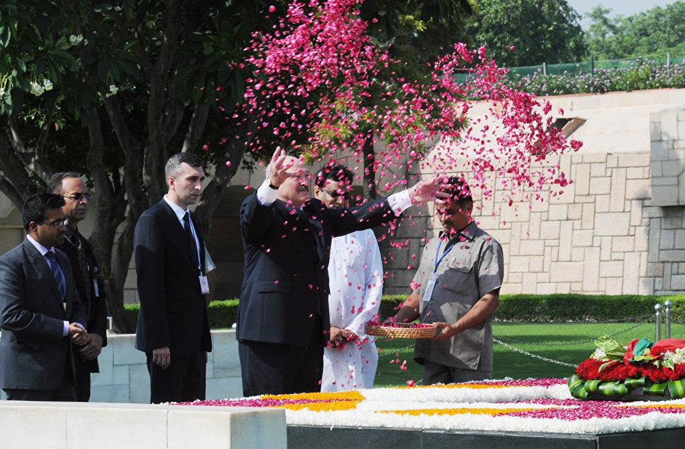 Александр Лукашенко возложил цветы по индийскому обряду