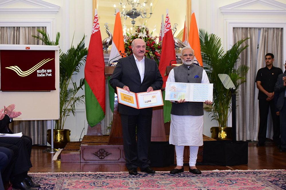 Президент Беларуси Александр Лукашенко и премьер-министр Индии Нарендра Моди во время церемонии обмена подписанными двусторонними документами