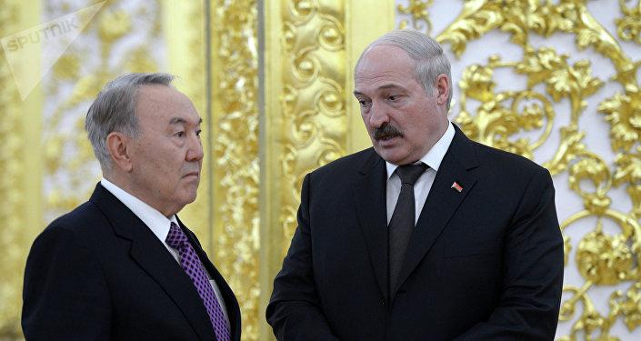 Президент Казахстана Нурсултан Назарбаев (слева) и президент Беларуси Александр Лукашенко, архивное фото