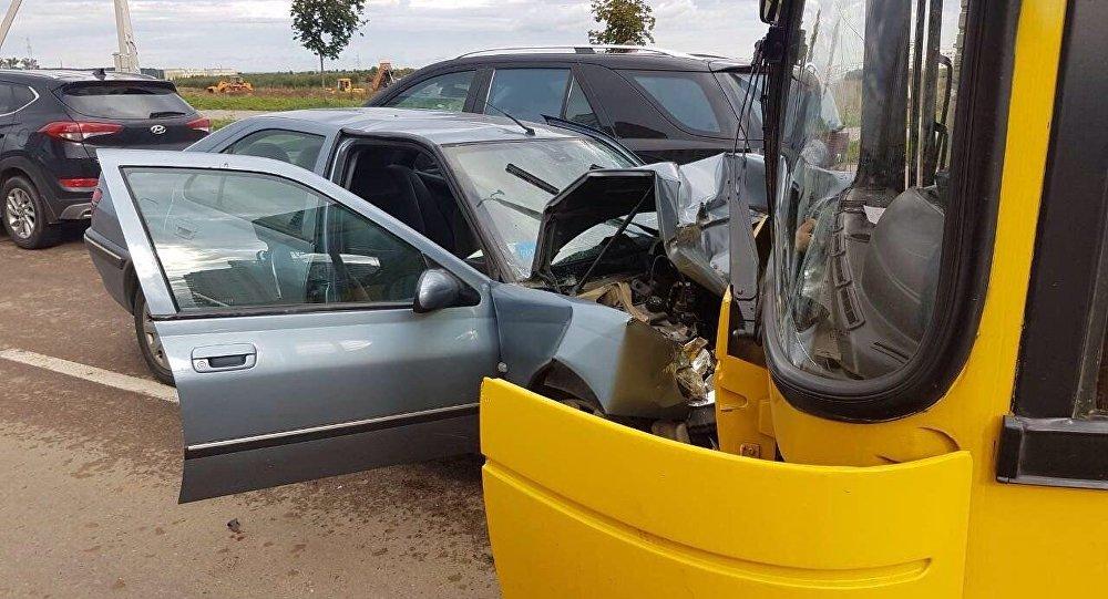 Шофёр Peugeot (Пежо) вМинске заснул зарулем истолкнулся срейсовым автобусом