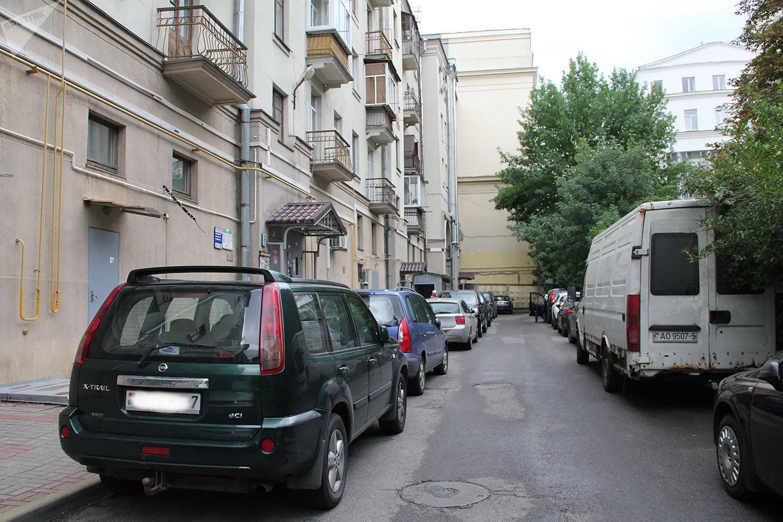 Новый паркинг на Немиге пустует, а приезжие по-прежнему предпочитают ставить машины во дворах в центре