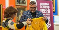 Ядвіга Паплаўская падарыла свой сцэнічны ўбор Аляксандру Васільеву