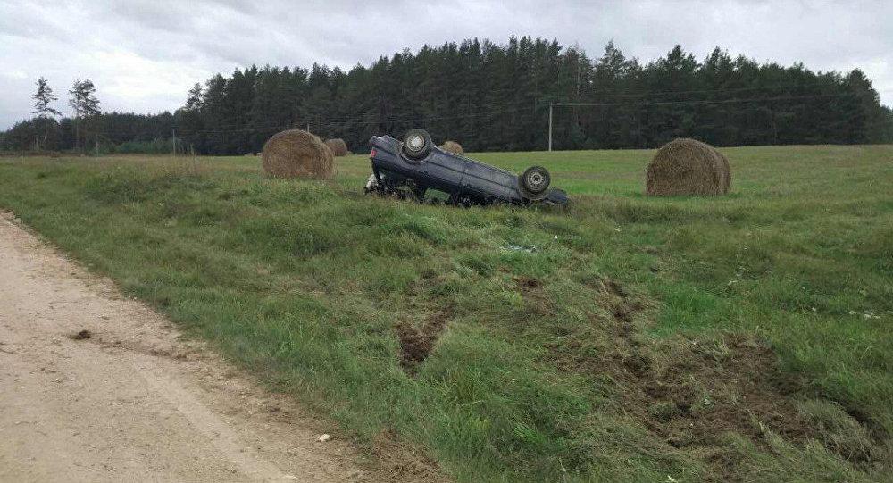 ВСлонимском районе перевернулся автомобиль стремя детьми