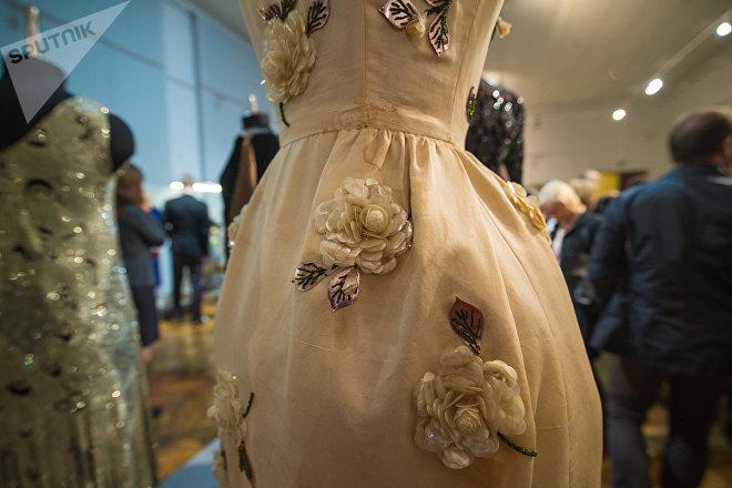 Для того, чтобы отреставрировать платья, Александр Васильев ищет винтажные материалы