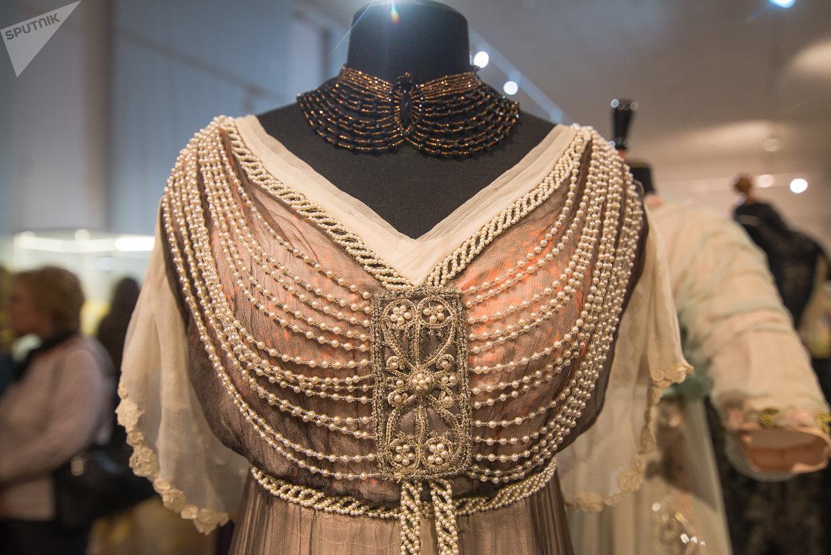 В эпоху модерна наряды украшались обильной бахромой, кружевами, нитями жемчуга и камней, затейливыми пряжками с узорами из фантазийных листьев и насекомых
