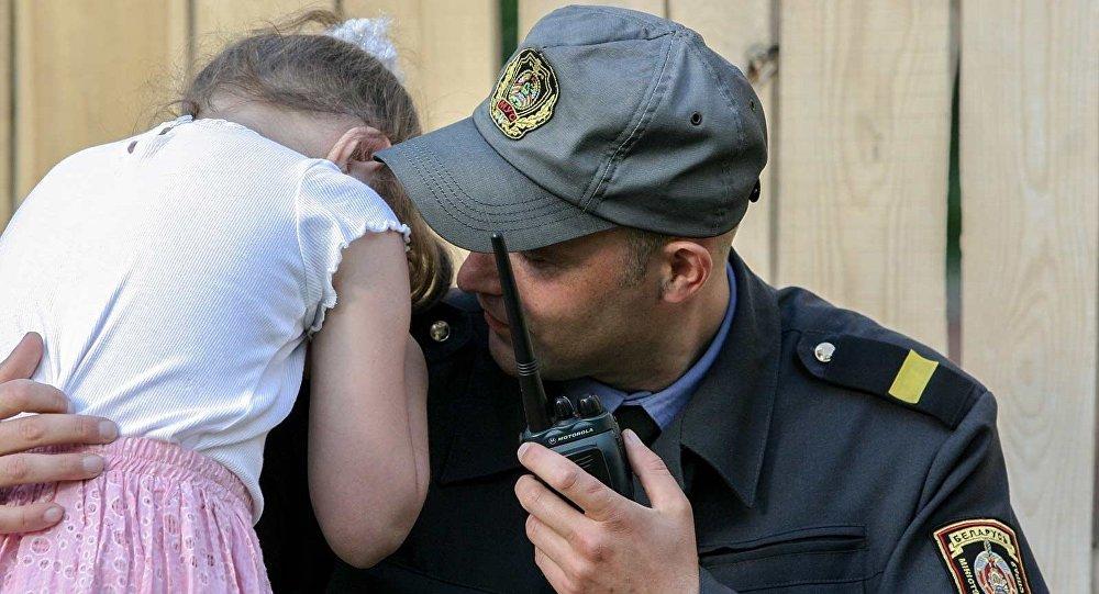 Минский милиционер утешает потерявшуюся девочку